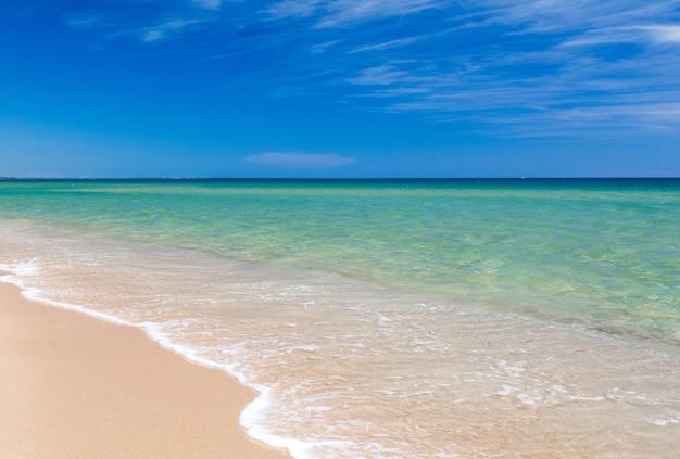 Uitzicht op zee vanaf tropisch strand met zonnige hemel. zomerparadijs strand