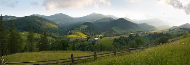 Uitzicht op zomerbergdorp.