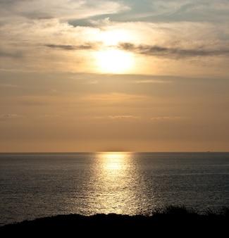 Uitzicht op zonsondergang op zee