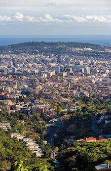 Uitzicht over barcelona met de berg montjuic