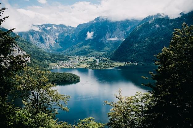 Uitzicht over bergen en het meer van hallstatt