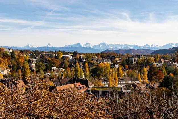 Uitzicht over bern en de alpen in de herfst