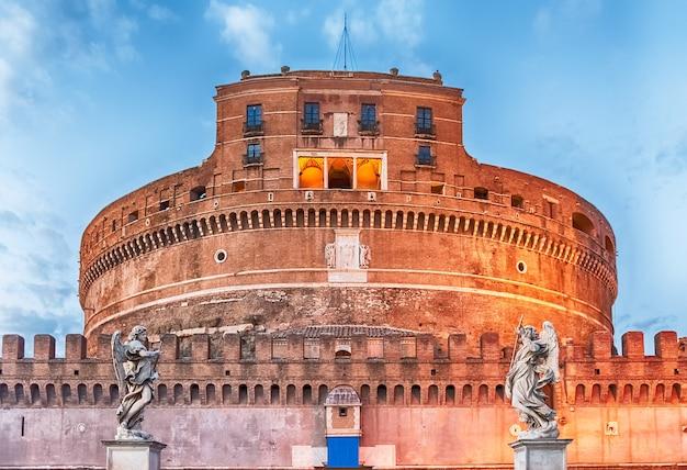 Uitzicht over castel sant'angelo in rome, italië. aka mausoleum van hadrianus, het gebouw werd in de middeleeuwen gebruikt als fort en kasteel door de pausen