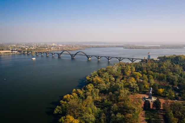 Uitzicht over de rivier de dnjepr in kiev. luchtfoto drone.