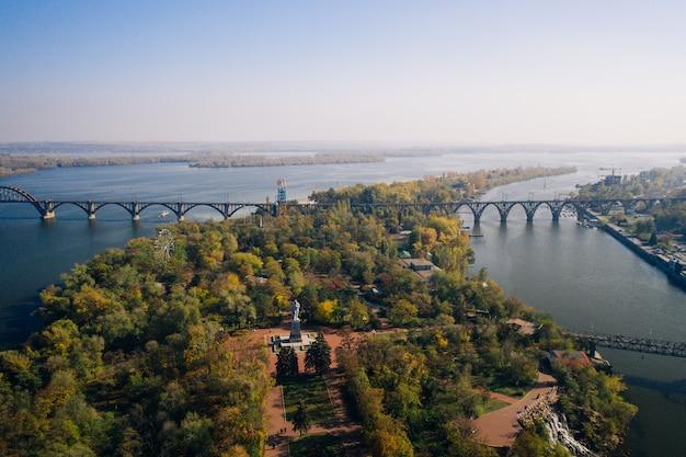 Uitzicht over de rivier de dnjepr in kiev