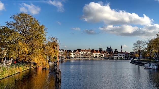 Uitzicht over de rivier het spaarne in haarlem, nl