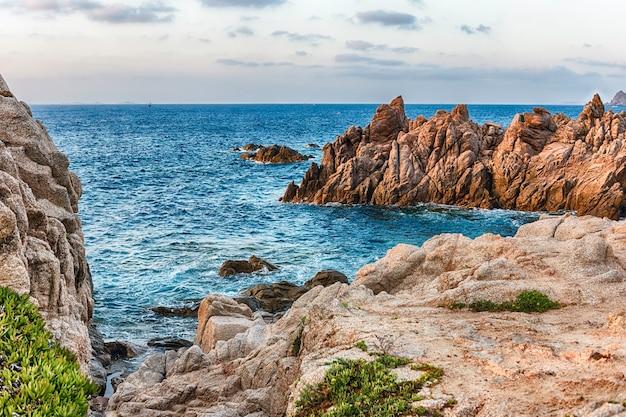 Uitzicht over de schilderachtige granieten rotsen die een van de mooiste plekjes aan zee sieren