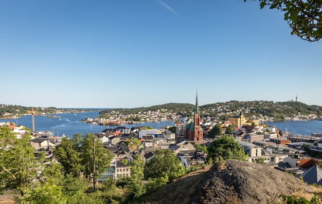 Uitzicht over de stad arendal op een zonnige dag. arendal is een klein stadje in het zuiden van noorwegen