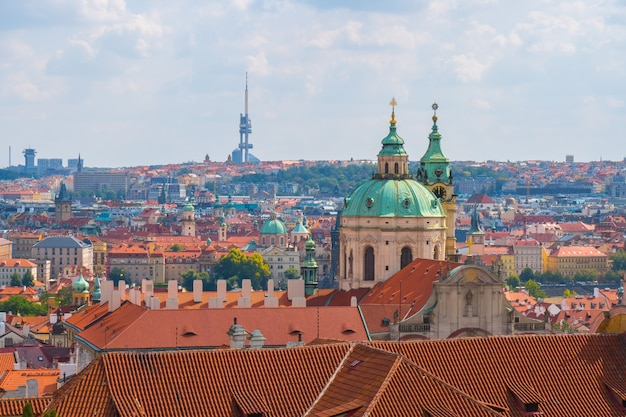 Uitzicht over het historische centrum van praag, st. nicholas church, rode daken van praag, tsjechië.
