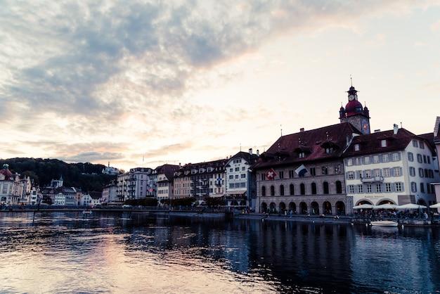 Uitzicht over luzern stad, rivier reuss met oud gebouw, luzern, zwitserland.