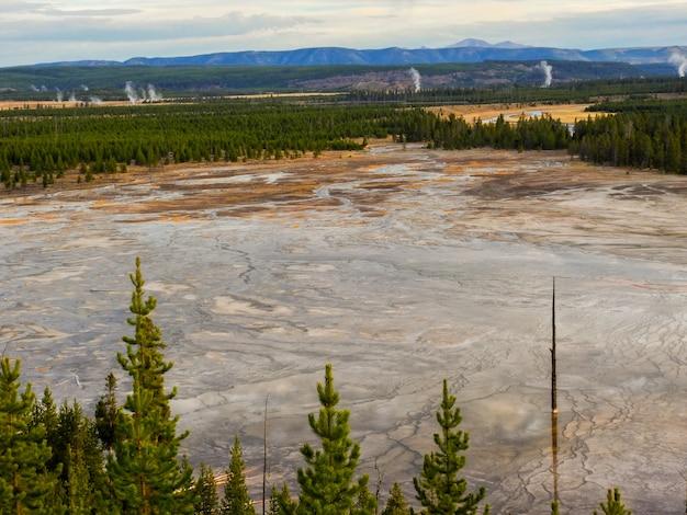Uitzicht over midway geyser basin in yellowstone national park