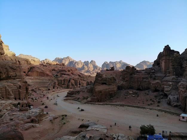 Uitzicht van boven. een van de belangrijkste oude stad ter wereld. unesco-werelderfgoed, de echte parel van alle midden-oosten - nabatiaanse stad petra. geweldige historische plek in jordanië