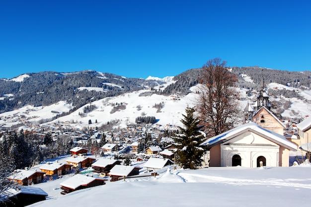 Uitzicht van bovenaf op bergdorp megeve, franse alpen