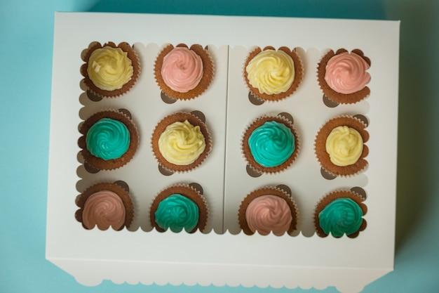 Uitzicht van bovenaf op geschenkdoos met lekkere versgebakken cupcakes