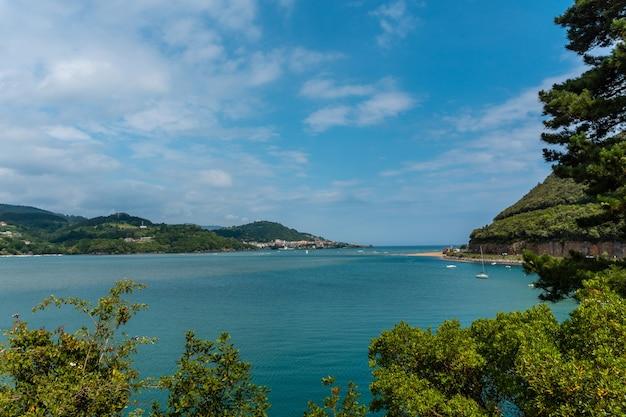 Uitzicht van bovenaf op urdaibai, bizkaia biosfeerreservaat naast mundaka. baskenland