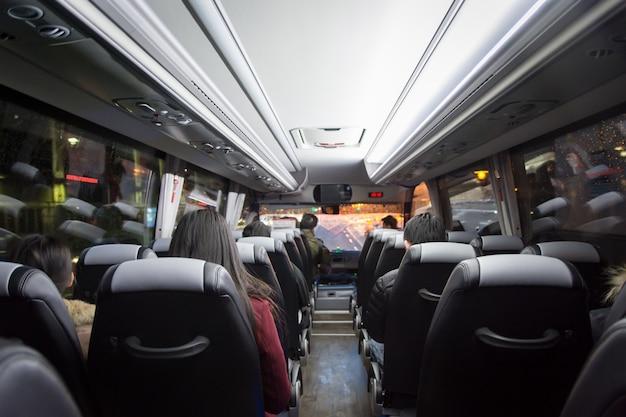 Uitzicht vanaf achterbank in een bus