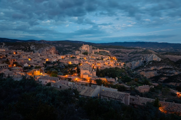 Uitzicht vanaf alquezar een van de mooiste steden van het land in de provincie huesca, aragon, spanje.