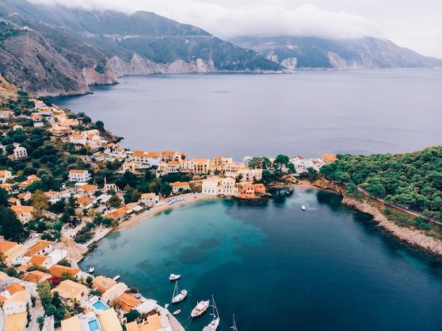 Uitzicht vanaf boven panorama van de griekse stad asos, kefalonia