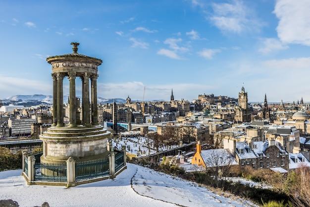 Uitzicht vanaf calton hill van edinburgh bedekt met sneeuw