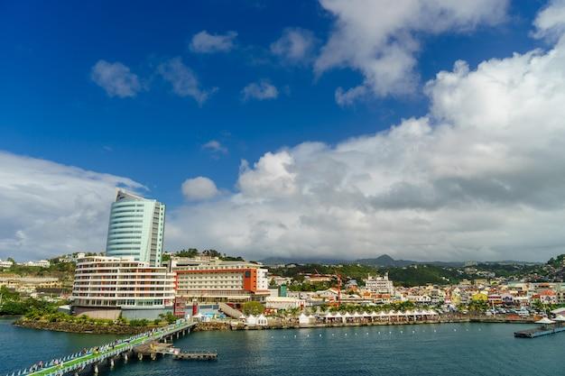 Uitzicht vanaf cruiseschip van haven fort-de-france, martinique
