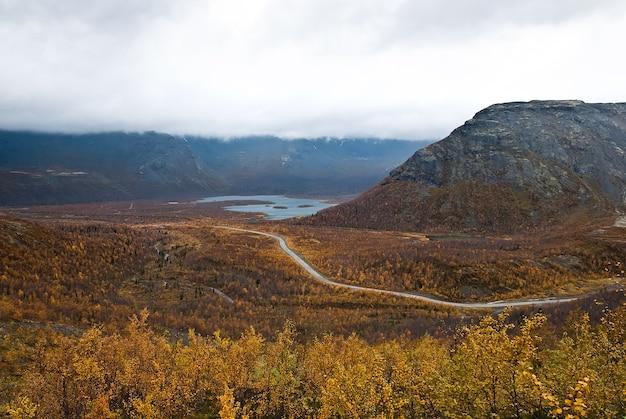 Uitzicht vanaf de berg op een herfst toendra