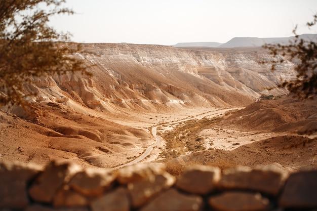 Uitzicht vanaf de berg op negev-woestijn