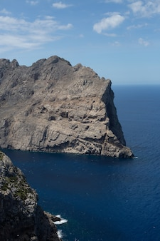 Uitzicht vanaf de bergen naar de zee en rotsen op palma de mallorca