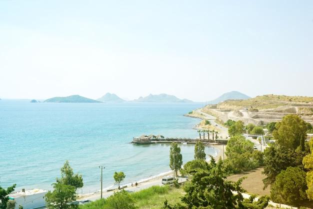 Uitzicht vanaf de bergen naar de zee, palmbomen en stadswegen op een zonnige dag