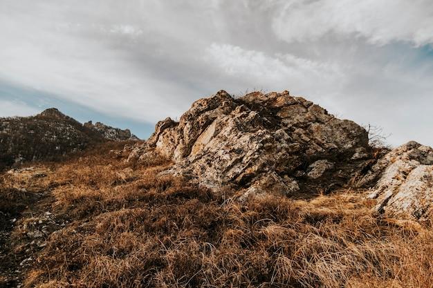 Uitzicht vanaf de beshtau-berg bij zonsondergang. foto van rotsen.