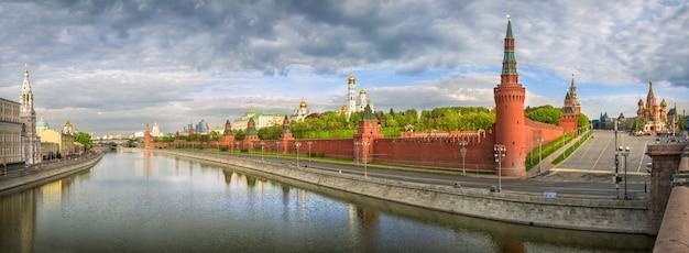 Uitzicht vanaf de bolshoi moskvoretsky brug naar torens en tempels van het kremlin van moskou