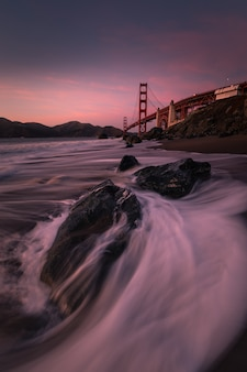 Uitzicht vanaf de golden gate bridge op marshall's beach in san francisco, californië