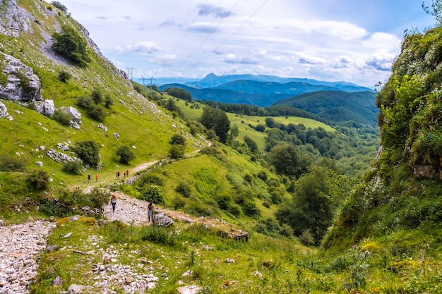 Uitzicht vanaf de grot van san adrian. mount aizkorri 1523 meter, de hoogste in guipuzcoa. baskenland. klim door san adrian en keer terug door de oltza-velden
