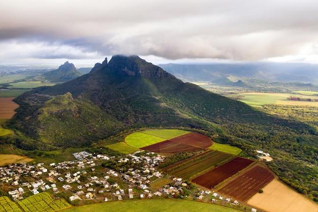 Uitzicht vanaf de hoogte van de ingezaaide velden op het eiland mauritius.