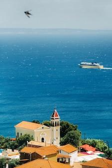 Uitzicht vanaf de hoogte van de kerk van het eiland zakynthos.in de verte