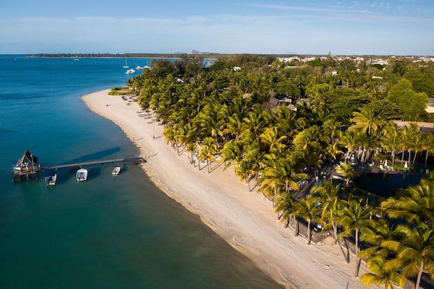 Uitzicht vanaf de hoogte van de kust en de pier van het eiland mauritius in de indische oceaan.