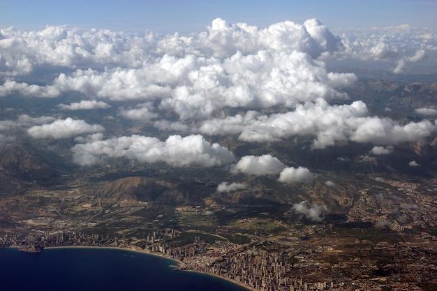 Uitzicht vanaf de hoogte van de kuststeden en wolken