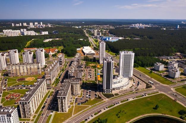 Uitzicht vanaf de hoogte van de nieuwe wijk in de stad minsk