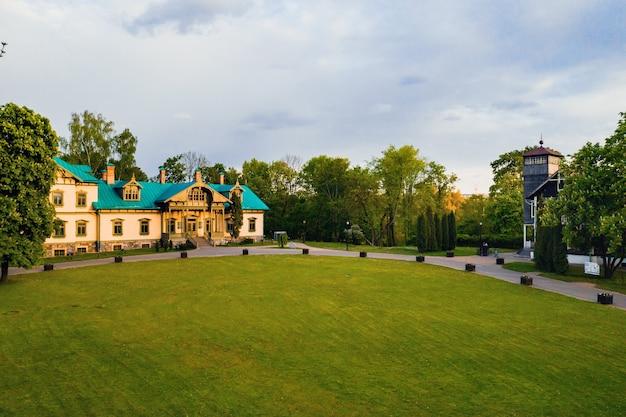 Uitzicht vanaf de hoogte van het landgoed in het loshitsky park in minsk
