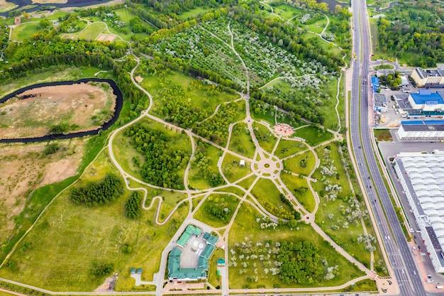 Uitzicht vanaf de hoogte van het loshitsky-park in minsk.windende paden in loshitsky-park.belarus.apple boomgaard.