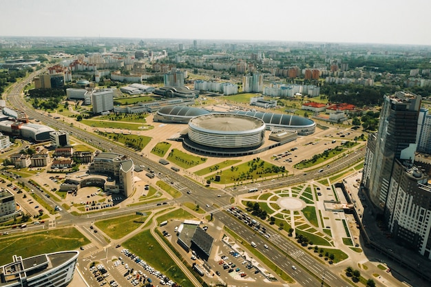 Uitzicht vanaf de hoogte van pobediteley avenue in minsk.