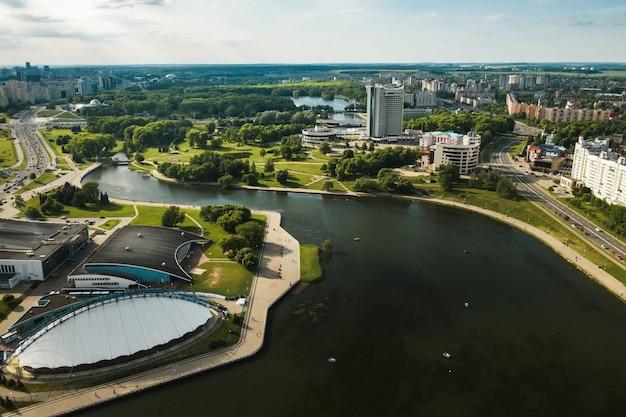 Uitzicht vanaf de hoogte van pobediteley avenue in minsk