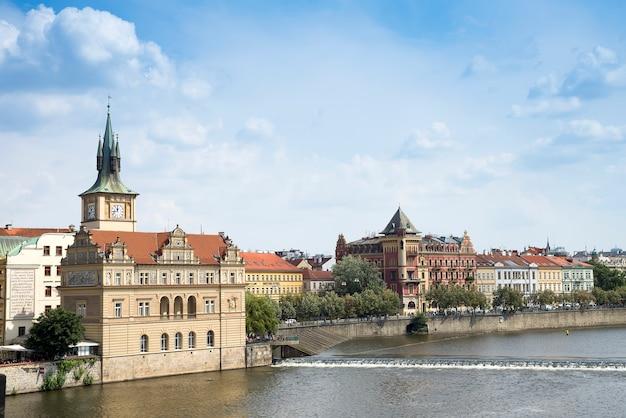 Uitzicht vanaf de karelsbrug naar het smetana-museum op de rechteroever van de rivier de moldau in de oude binnenstad van praag