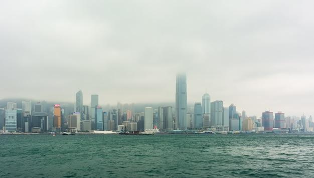 Uitzicht vanaf de kowloon naar de economische zone op het eiland hong kong