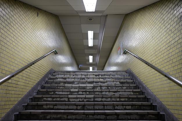 Uitzicht vanaf de metro onder de begane trap doorgang