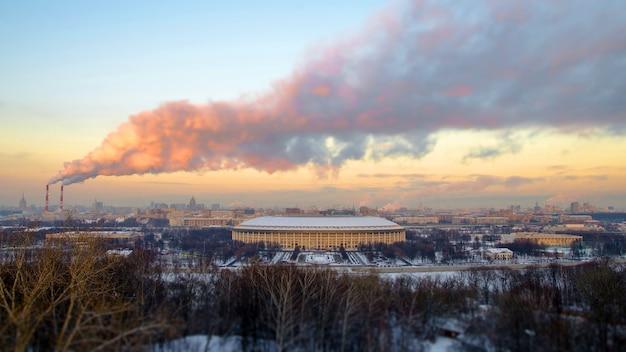 Uitzicht vanaf de mussenheuvels in moskou in het luzhniki stadion bij zonsondergang in de winter