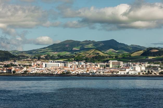 Uitzicht vanaf de oceaan op het eiland sao miguel in de portugese autonome regio van het eiland azoren.