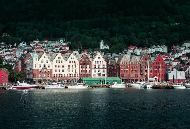 Uitzicht vanaf de pier naar de stad bergen met kleurrijke houten huizen