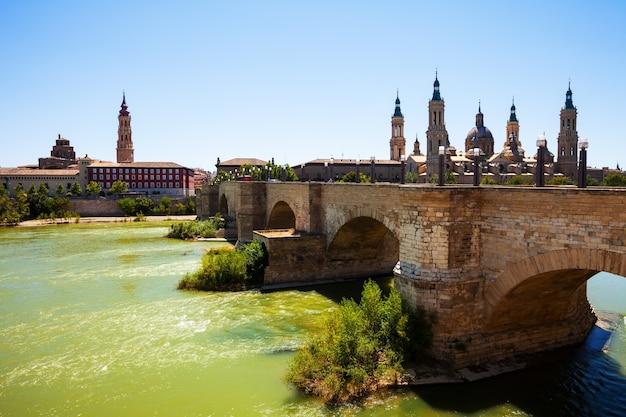 Uitzicht vanaf de rivier ebro. stenen brug en kathedraal