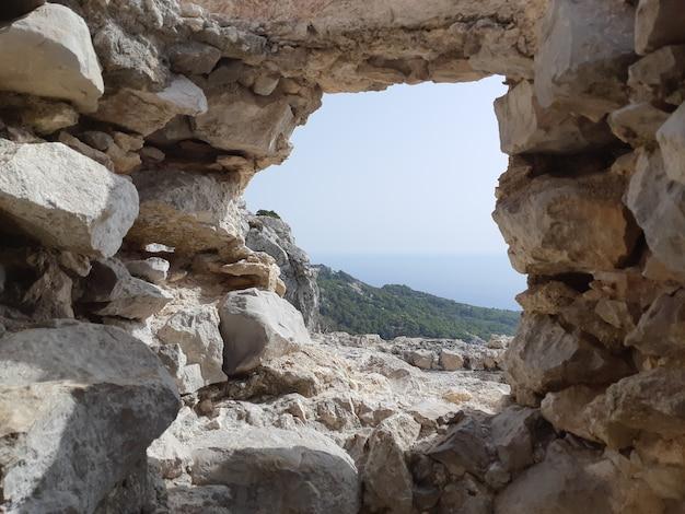 Uitzicht vanaf de ruïnes van een kerk in monolithos kasteel
