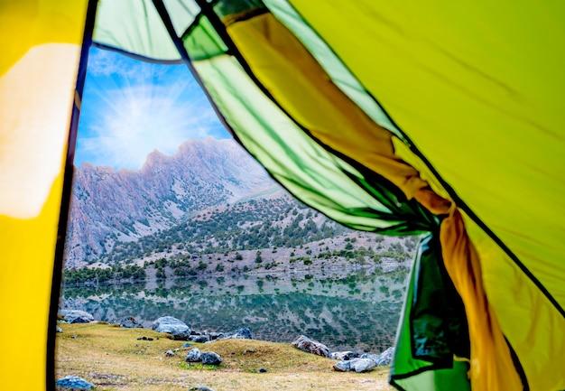 Uitzicht vanaf de tent naar het alaudin-meer en de rotsachtige berg.